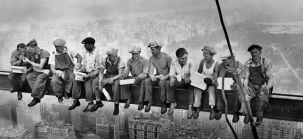 Slávny obrázok obed na vrchole mrakodrapu